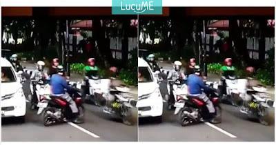 Pengendara Motor Ini 'Terpeluque Polisi' Akibat Langgar Lalu Lintas, Kocak Banget!