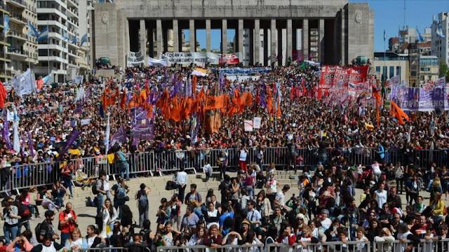 Miles de mujeres marchan en Argentina en pro de sus derechos