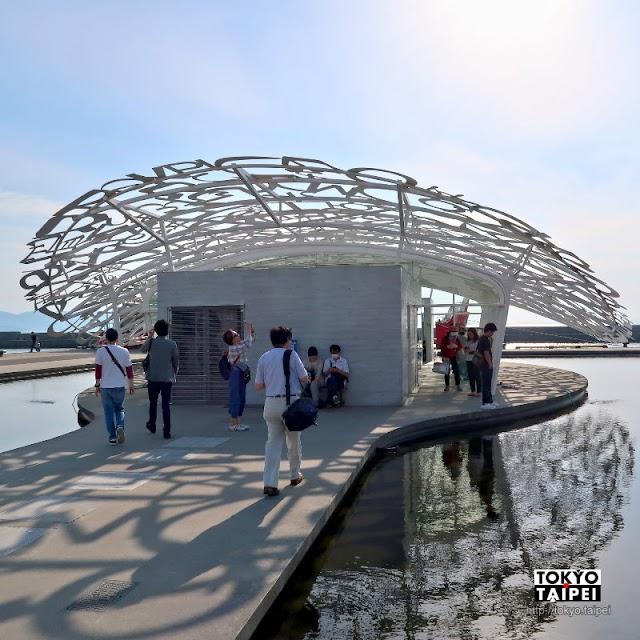 【男木島之魂】各國字母拼成鏤空屋頂 與陽光水波結合成奇妙倒影