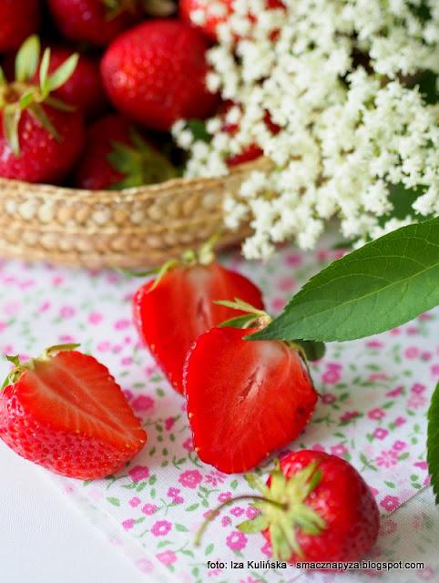 nalewka z truskawek i kwiatow bzu, czarny bez, dziki bez, truskawkowka, przetwory, spizarnia, truskawki