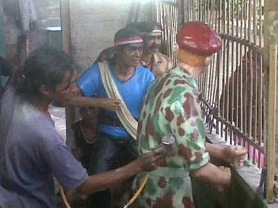 proses pengecatan patung tentara belanda seragam loreng