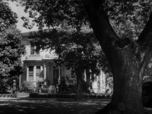 Vista frontal de la casa de La sombra de una duda.