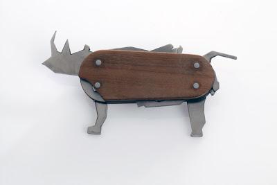 Navaja suiza de madera con siluetas de animales