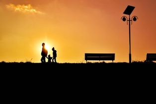 genitori con figli al tramonto
