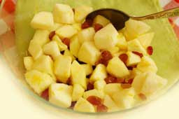добавляем промытый и слегка обсушенный изюм , заливаем лимонным соком с цедрой
