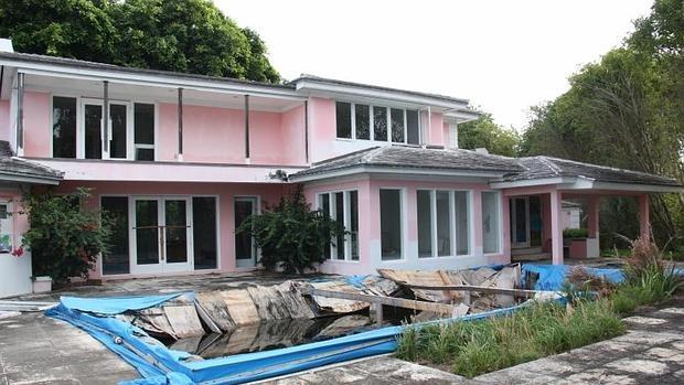 Area de la piscina de la mansion de Pablo Escobar Miami