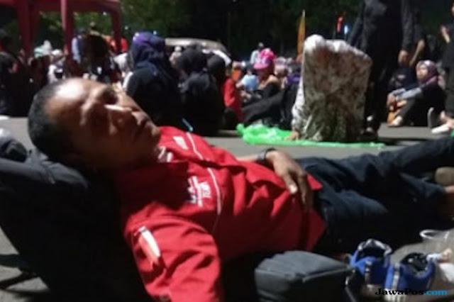 Tak Ditemui Jokowi, Kaum Honorer Pilih Tidur di Depan Istana Negara