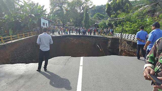 Jembatan Penghubung Pangandaran - Banjar Ambruk, Lalulintas Lumpuh Total