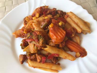 Filet z kurczaka duszony z makaronem penne, warzywami na patelnię w sosie pomidorowym