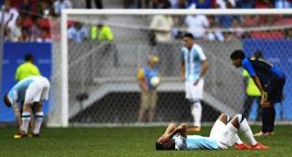 Fue de esos días que no deberían existir en el calendario. Terrible. Todo mal. Realmente un día negro para las aspiraciones y sueños de los deportistas argentinos. Si hasta se dieron coincidencias que, al repasarlas, hasta resultan odiosas. Por ejemplo, a la misma hora, idéntica en realidad, a las 14.57, los seleccionados de fútbol y de hockey sobre césped femenino no lograban sus objetivos. Los muchachos, peor todavía, se quedaban afuera de los Juegos Olímpicos Río de Janeiro 2016 porque Honduras, el ignoto equipo centroamericano, los eliminaba para pasar a cuartos de final, privilegio que finalmente quedó para el propio Honduras y para Portugal, vencedor del Albiceleste en el debut en el torneo.