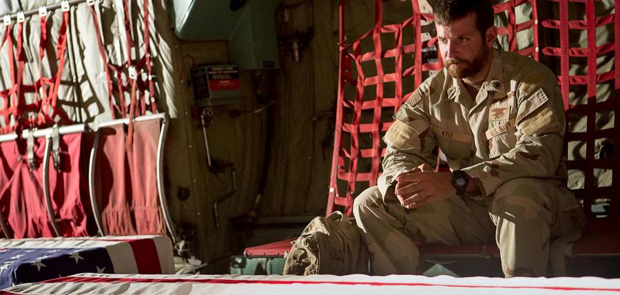 Bradley Cooper este Chris Kyle în drama American Sniper