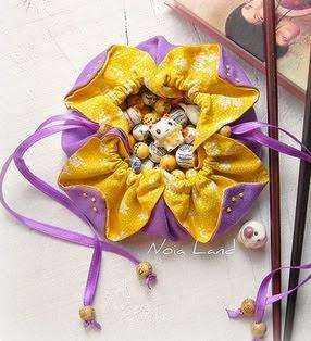 http://www.noialand.com/2013/09/tutorial-bolsita-crisantemo-jueves-29.html