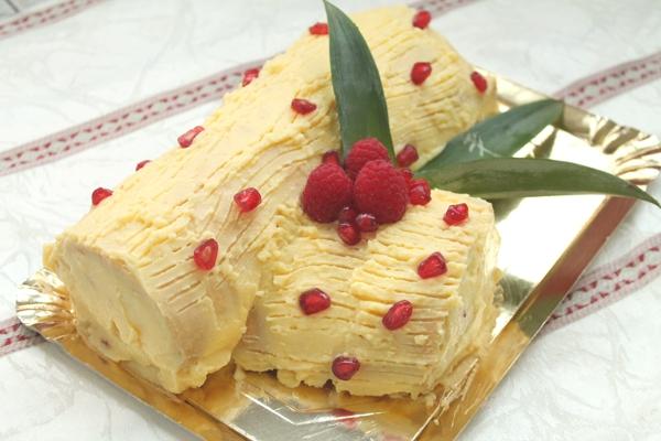 Tronco de Navidad de crema de yogurt y frutos rojos (sin azúcar, sin lactosa y bajo en grasas)