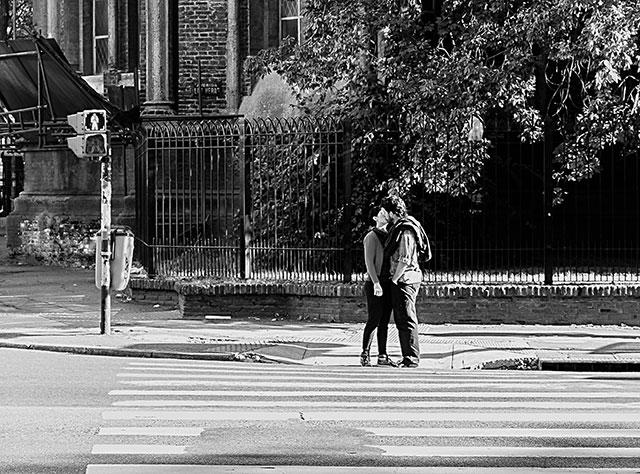 ByN.Pareja besándose en la calle