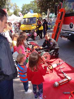 Παιδιά ενημερώνονται για τον πυροσβεστικό εξοπλισμό