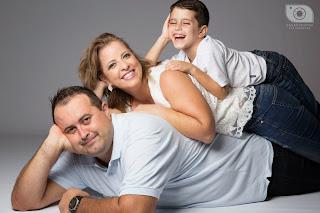 ideias poses foto família em estúdio fotográfico