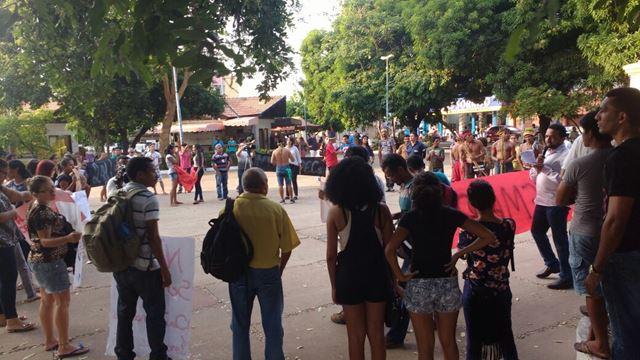 Flávio Dino é cercado por ocupantes da Uemasul, na terça, 1º. Foto: Nael Reis