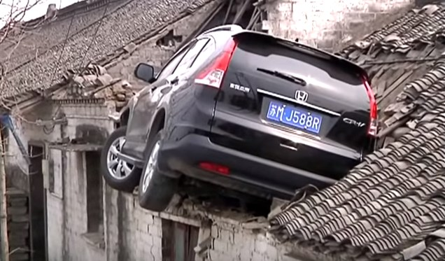 Sempat Viral Di Tahun 2017, Berikut Video Honda CRV Nyangkut Di Atap Rumah