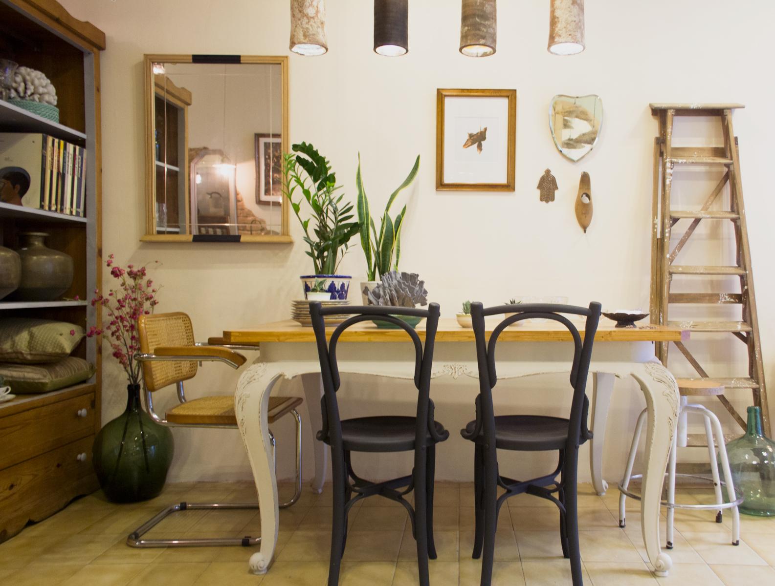 Rincón comedor pared malva. Studio Alis