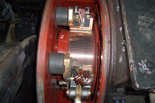 motor penggerak (motor traksi) yang ada di roda KRL yang sedang dirawat