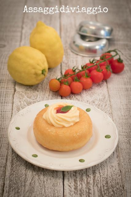 Babà con confettura di pomodori e salsa alla clorofilla di basilico