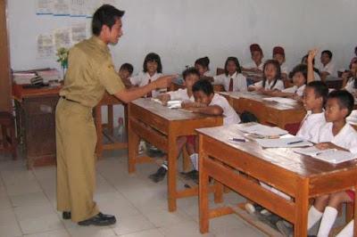 Pemerintah diminta jangan hanya memikirkan kesejahteraan guru PNS saja Kolaborasi Dengan Pns Tapi Honor Guru Honorer Rendah