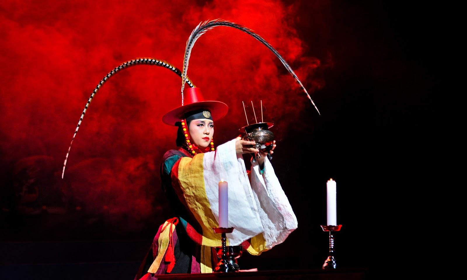 Dançarina representa xamã em espetáculo na Coreia do Sul, vizinha à China