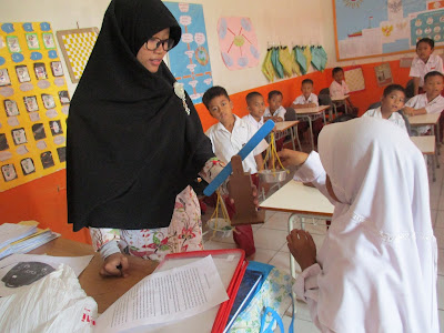 Salah Satu Calon Guru Walikelas Sedang Mengikuti Test Micro Teaching