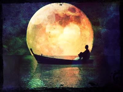 Homem em barco sob o luar
