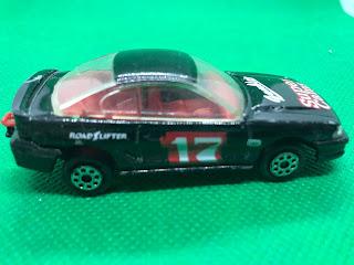 フォード マスタング GT のおんぼろミニカーを側面から撮影