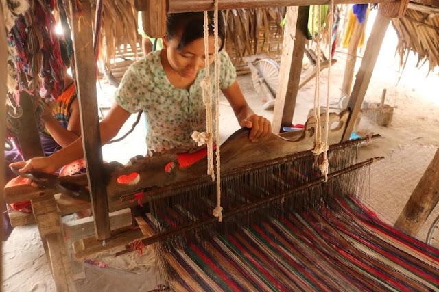 ေအာင္ၿငိမ္းခ်မ္း (Myanmar Now) ● အညာသူေတြဦးေဆာင္တဲ့ ႐ုိးရာလက္မႈပညာေစ်းကြက္
