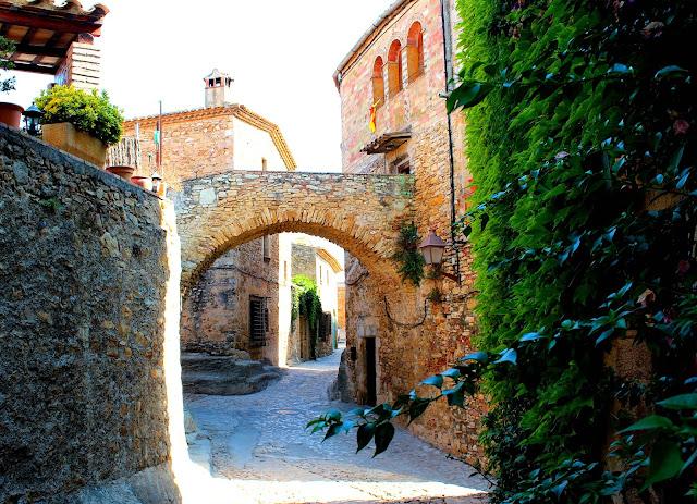 Calles empedradas de Peratallada. Pueblo medieval de Gerona