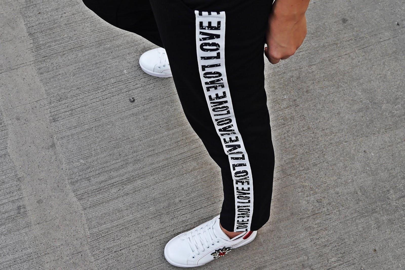 Czarne spodnie dresowe z lampasem z napisem love renee karyn blog modowy