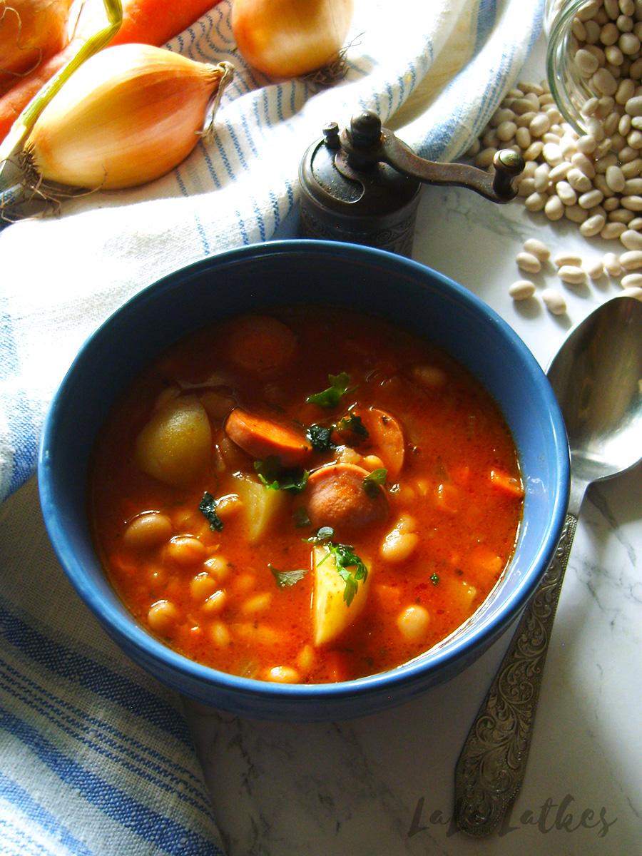 Томатный суп с фасолью и сосисками