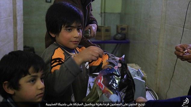 ISIS celebra ataques em Bruxelas distribuindo doces para os residentes na Síria