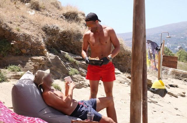 Θα τα χάσετε: Πασίγνωστος κούκλος Έλληνας παρουσιαστής δουλεύει ως σερβιτόρος καντίνας σε νησί! (PHOTOS)