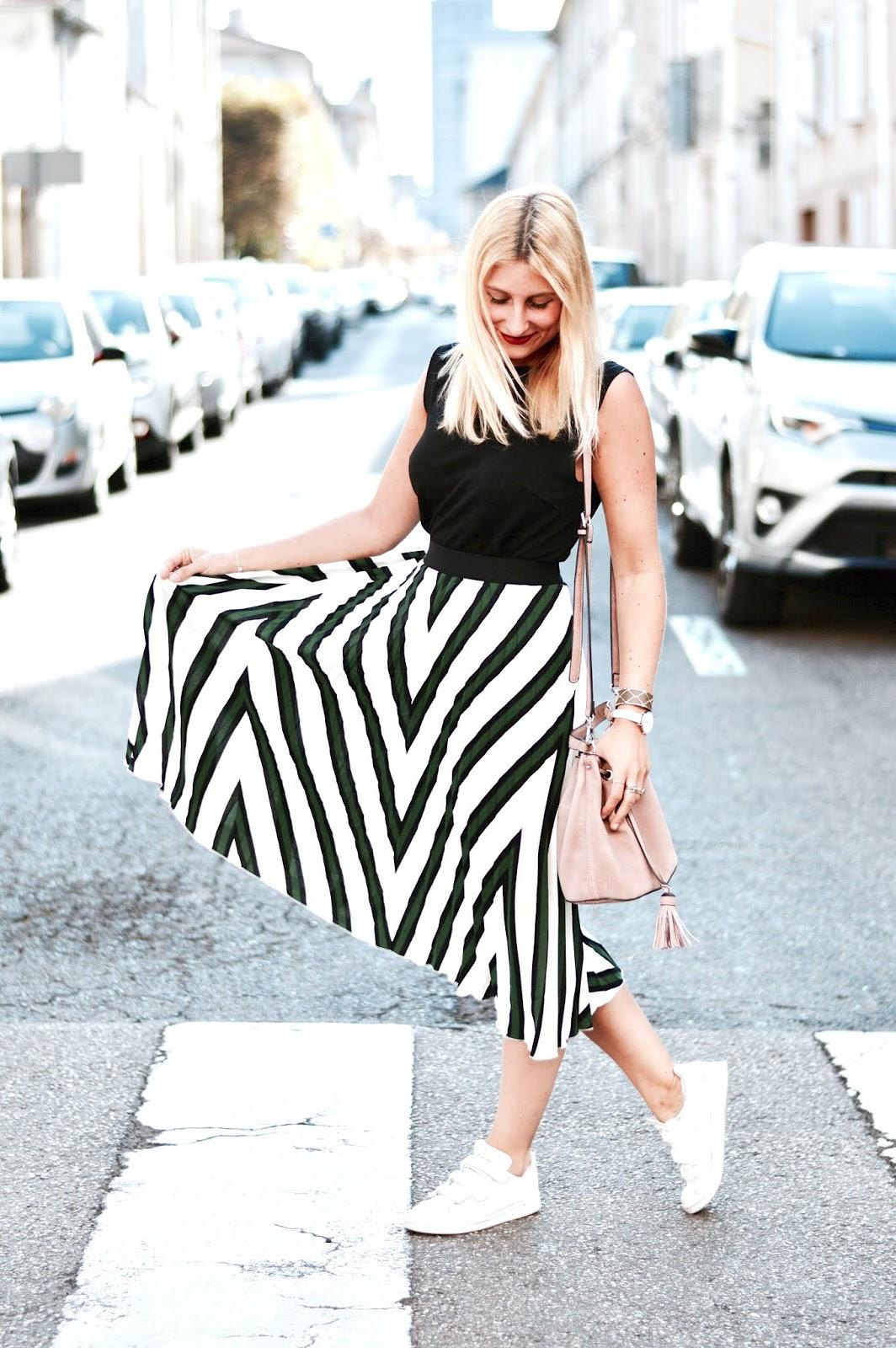 Look été : jupe plissée et baskets