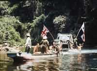 Jeep en bote para cruzar río en Darién