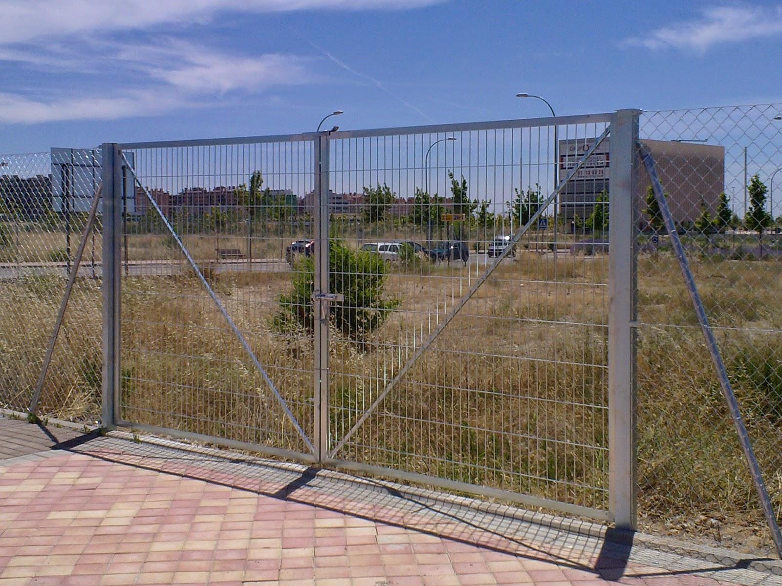 puerta metlica formada con mallazo electrosoldado pilares de 60 por 60 dos hojas perfil de pds fino cerrojos para su cierre - Vallas Metalicas Baratas