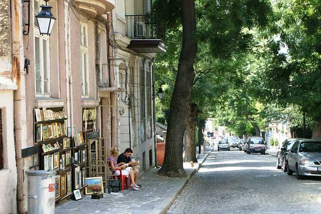 Meu bairro é assim, muitas ruas pequenas, muitas árvores, pessoas na calçada aos finais de semana...