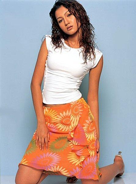 Gauhar Khan skirt, skirts in fashion, Gauhar Khan sexy photos, Gauhar Khan in white tshirt