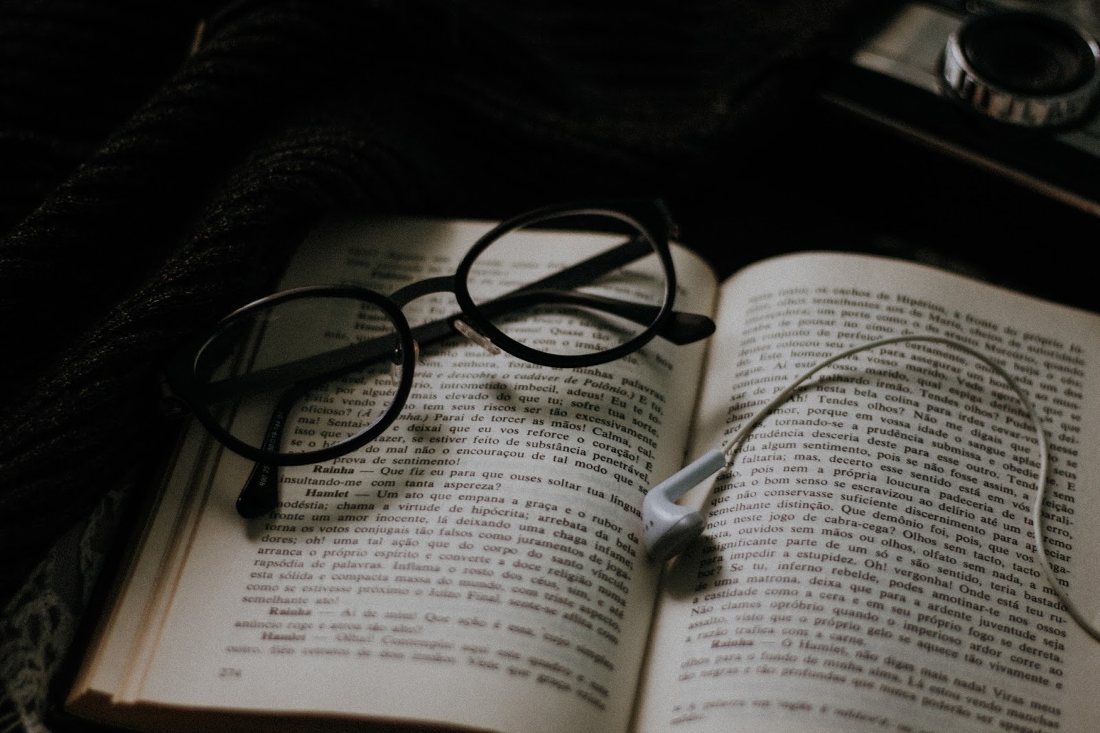 playlist-abril-de-2017-playlist-depressiva-playlist-indie-oculos-livro-fones-de-ouvido-blog-mad-souls