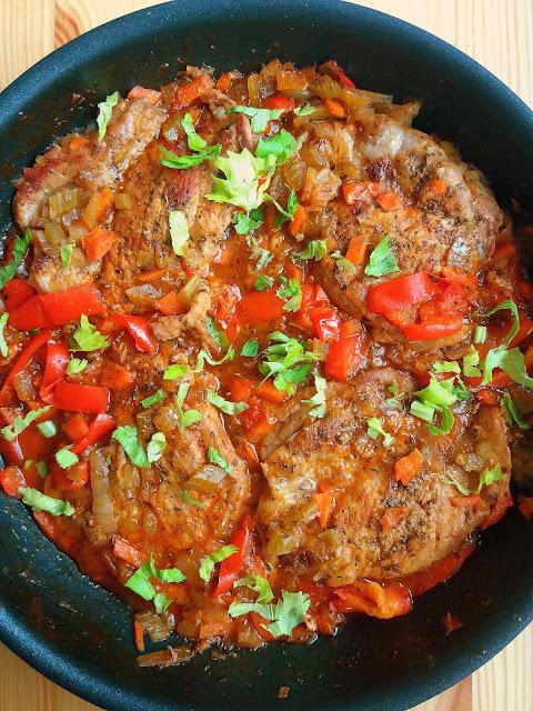 Karkówka w sosie z warzywami / Pork Neck Fillets with Vegetable Sauce