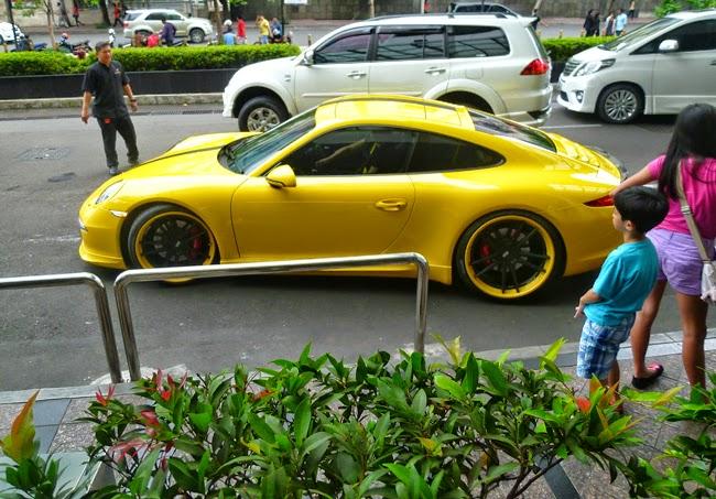 Un coche Porche en Yakarta
