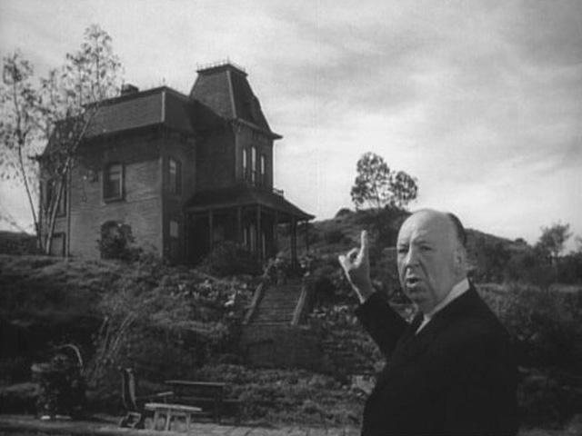 Alfred Hitchcock nos señala la casa de Norman Bates.