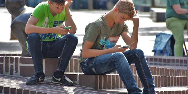 jovens smartphones