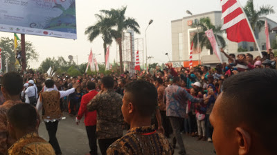 Pak Jokowi lewat. Cekrekkk!