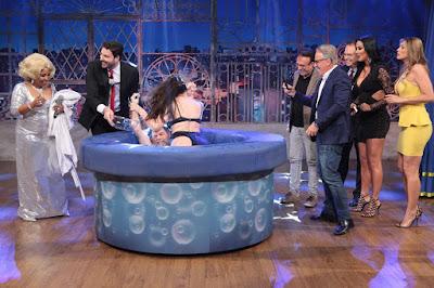 Luiza Ambiel revive a Prova da Banheira com Roger (Crédito: Leonardo Nones/SBT)