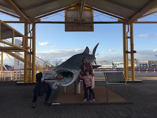 Nosotros haciendo el gamba ante la boca de un tiburón