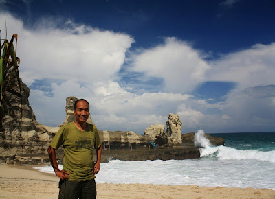 Selfie di Pantai Klayar dengan background batu Sphinx.